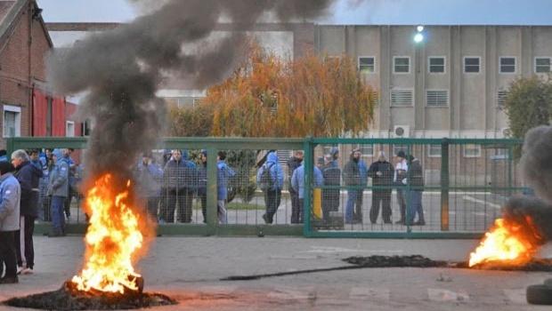 En el mundo Macri y al estilo Telam, de un plumazo despiden a unos 200 trabajadores de una refinería en Bahía Blanca