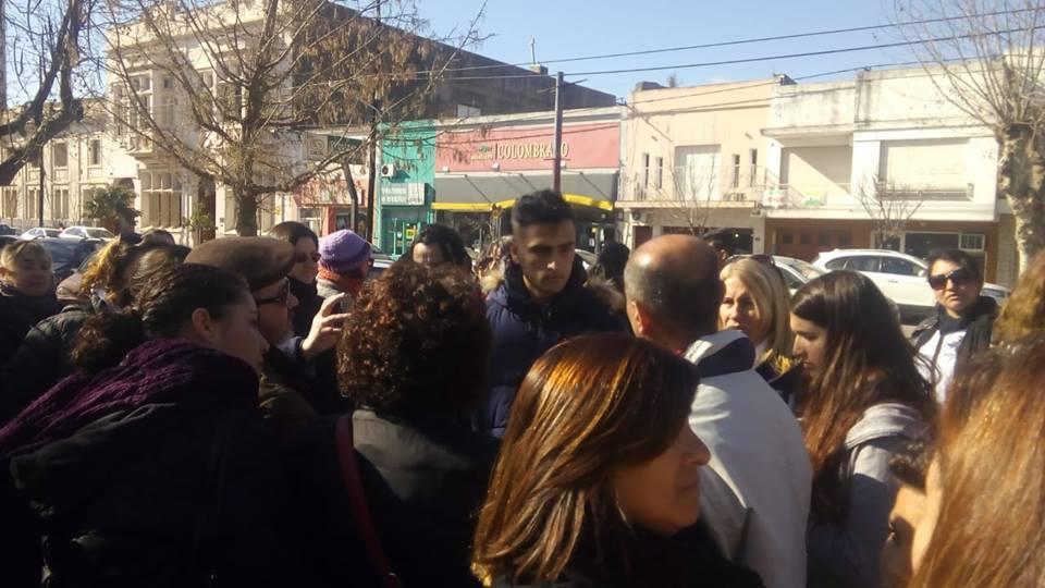 """""""Esta lucha es por vos, tus hijos y la escuela pública"""", interpeló una docente a un policía de civil que filmaba la marcha en Pehuajó tras la explosión en Moreno"""