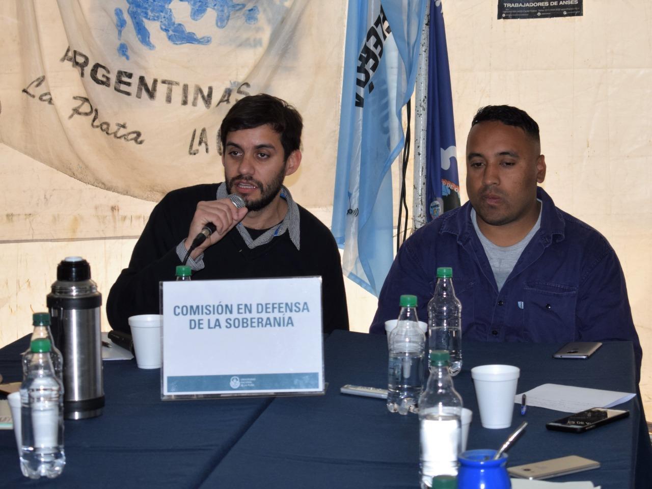 La Comisión de Defensa de la Soberanía de la UNLP sesionó en la carpa del Astillero Río Santiago en Plaza San Martín
