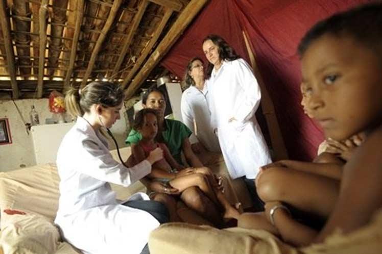 Médicos cubanos lamentan salida de Brasil por impacto en más pobres