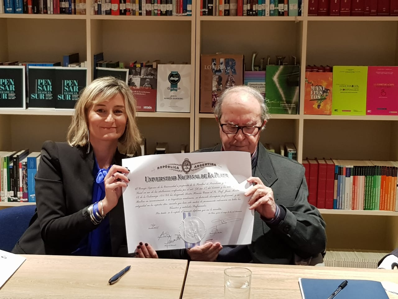 Jesús Martín Barbero recibió el título de Doctor Honoris Causa de la UNLP