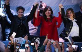 Junto a una multitud, Florencia Saintout recibió a Cristina Fernández en La Plata