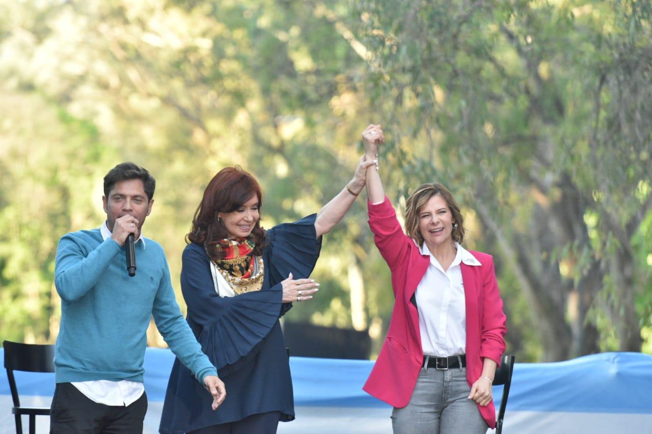 """Con Cristina, Kicillof cerró su campaña en La Plata y presentó a Saintout como la """"futura intendenta"""""""