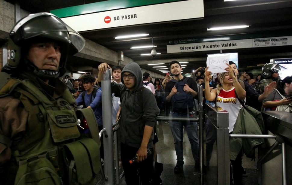Piñera, el amigo chileno de Macri, saca los milicos a la calle para reprimir el levantamiento popular contra el tarifazo