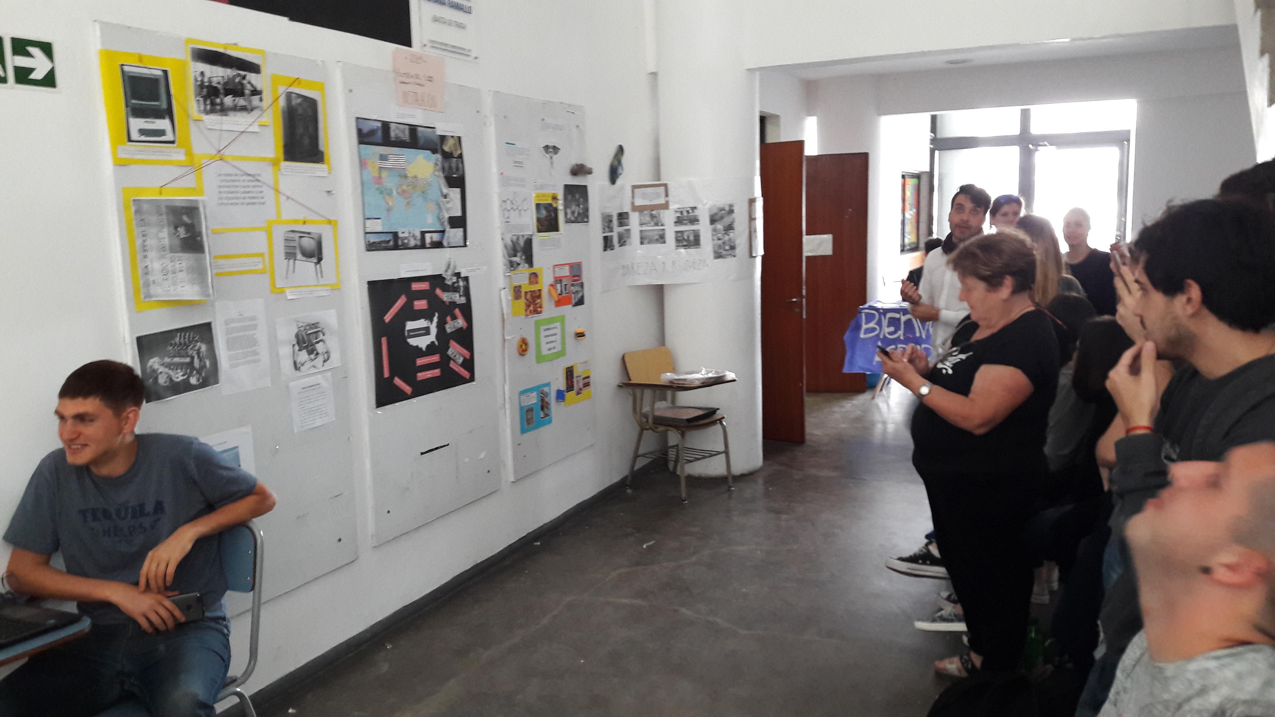 Con un mural sobre íconos temáticos del Siglo XX se cerraron clases prácticas de Historia en Periodismo de la UNLP