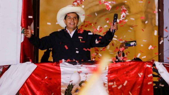 """Respetaremos """"la Constitución actual"""" y gobernaremos """"con estabilidad financiera y económica"""", dijo Castillo"""